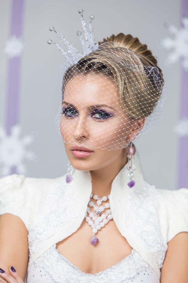 Noiva bonita do inverno com coroa imagem de stock royalty free