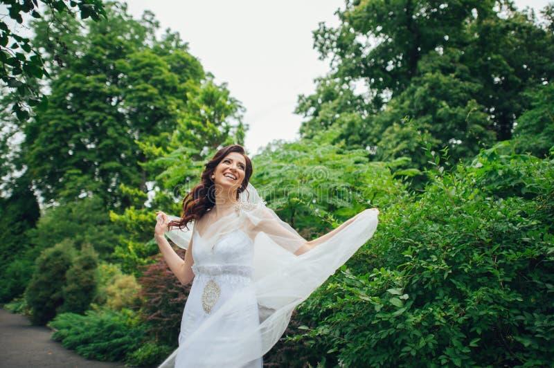 Download A Noiva Bonita Em Um Branco Levanta No Parque Foto de Stock - Imagem de bride, menina: 107529138