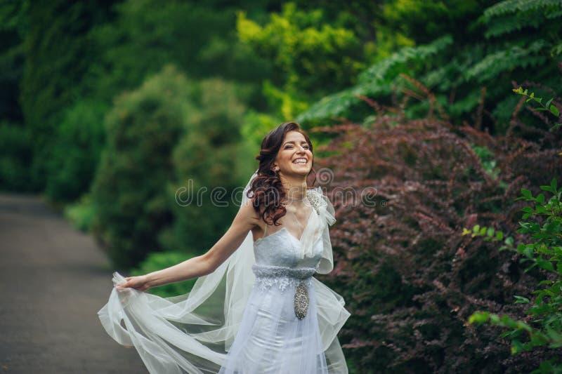 Download A Noiva Bonita Em Um Branco Levanta No Parque Imagem de Stock - Imagem de beleza, vestido: 107529339