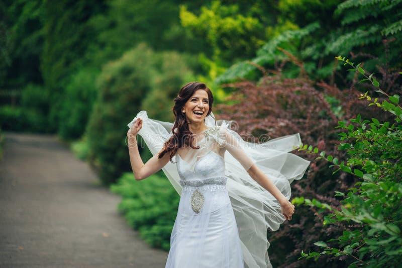 Download A Noiva Bonita Em Um Branco Levanta No Parque Imagem de Stock - Imagem de menina, florescer: 107529355