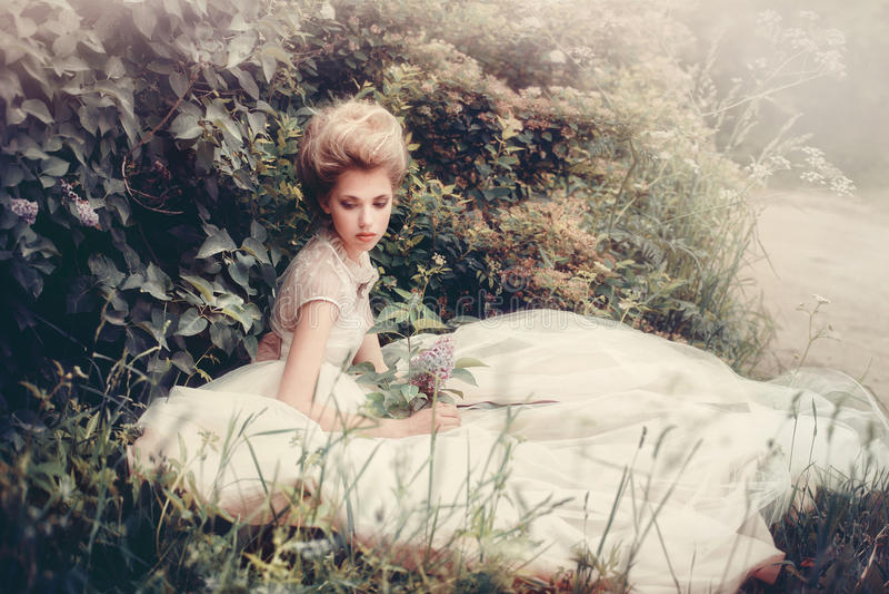 Noiva bonita em um estilo retro do vestido branco fotografia de stock