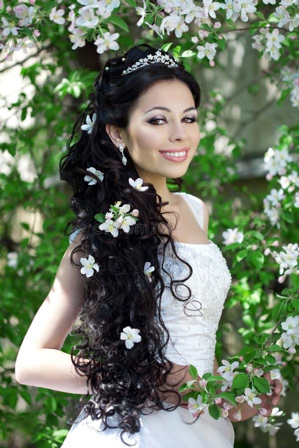 Noiva bonita em um jardim de florescência fotos de stock