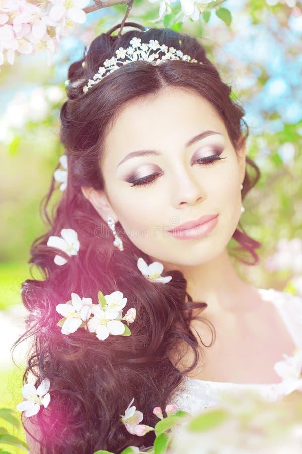 Noiva bonita em um jardim de florescência imagem de stock royalty free