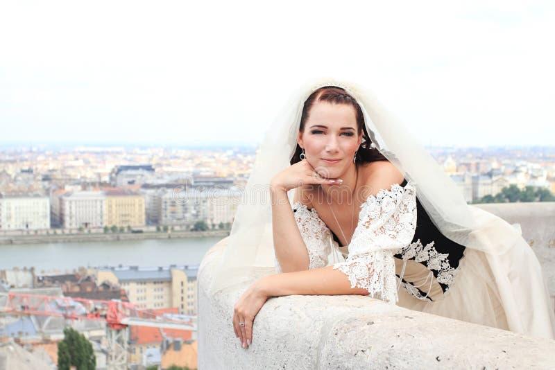 Noiva bonita em um vestido de casamento foto de stock