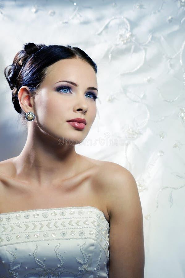 Noiva bonita em um vestido de casamento imagens de stock royalty free