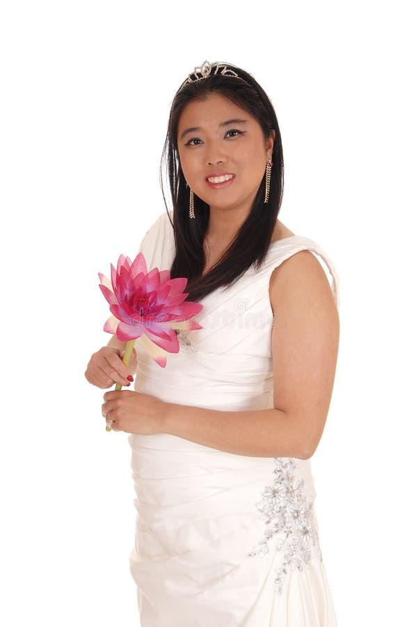 Noiva bonita em um vestido de casamento branco com um lírio imagens de stock royalty free