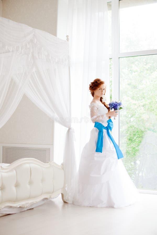 Noiva bonita em uma grande sala brilhante fotos de stock royalty free