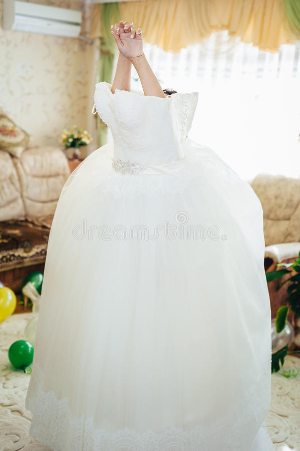 A noiva bonita está preparando-se na manhã fotografia de stock