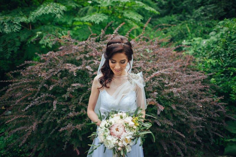 Download Noiva Bonita Fora Em Uma Floresta Imagem de Stock - Imagem de menina, bouquet: 107529261