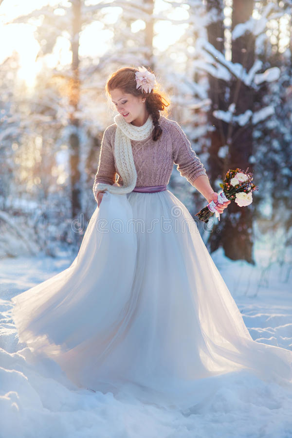 Noiva bonita na floresta do inverno imagens de stock
