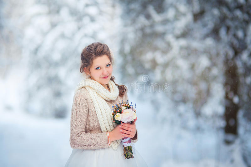 Noiva bonita na floresta do inverno fotografia de stock