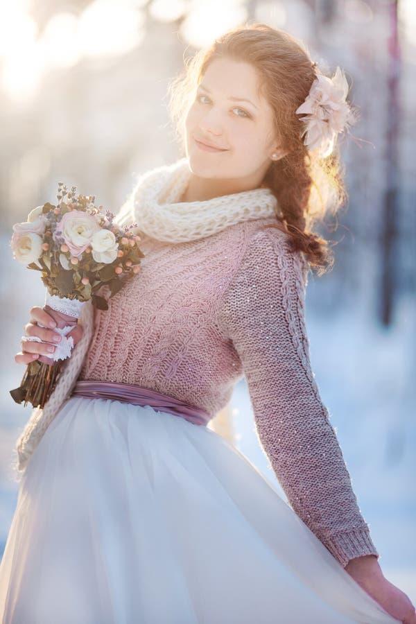 Noiva bonita na floresta do inverno imagem de stock royalty free