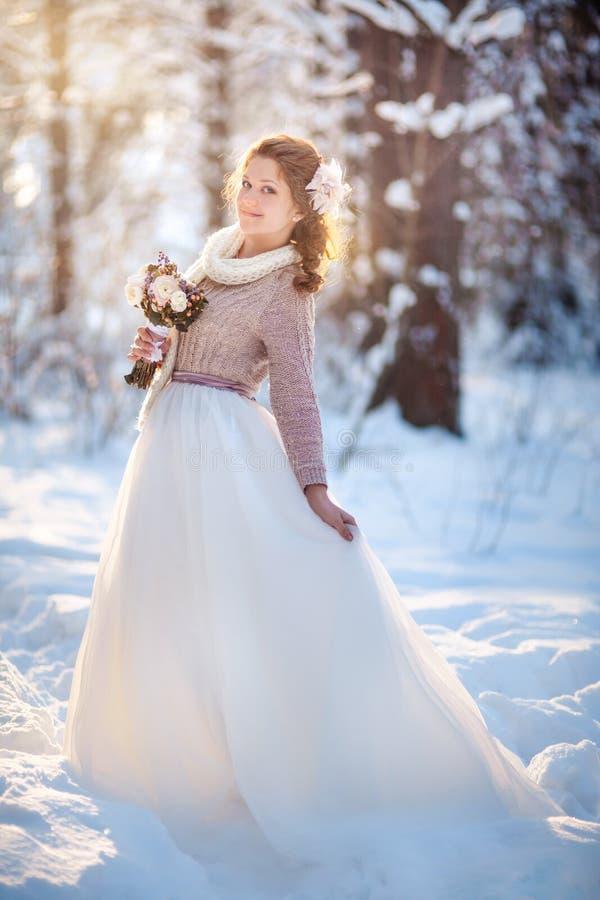 Noiva bonita na floresta do inverno foto de stock