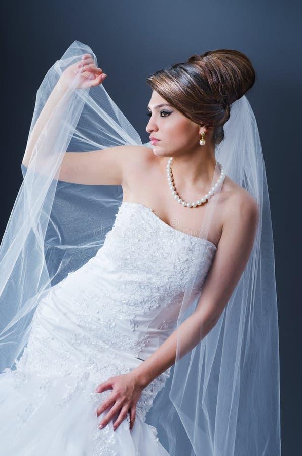 Noiva bonita no estúdio foto de stock
