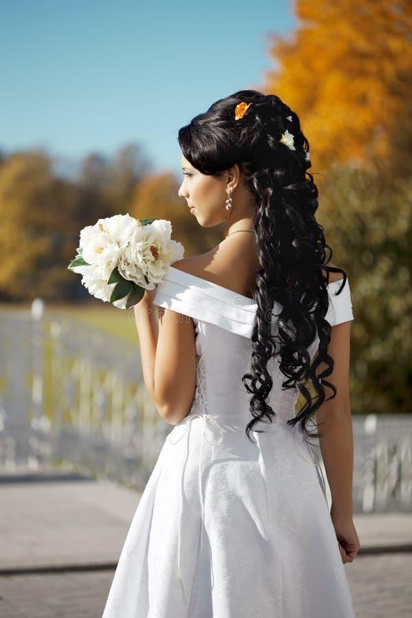 Noiva bonita no parque do outono fotos de stock royalty free