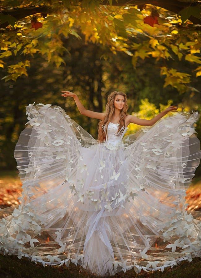 Noiva bonita no parque do outono imagens de stock