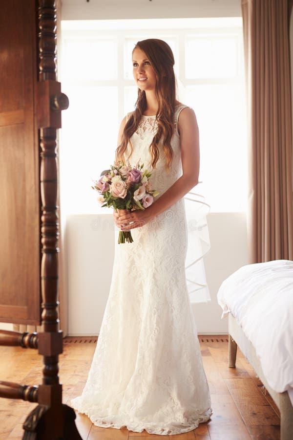Noiva bonita no quarto que olha o espelho fotografia de stock