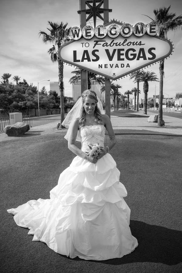 Noiva bonita no sinal de Vegas imagens de stock royalty free
