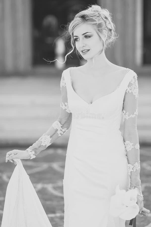 Noiva bonita no vestido branco fotografia de stock royalty free
