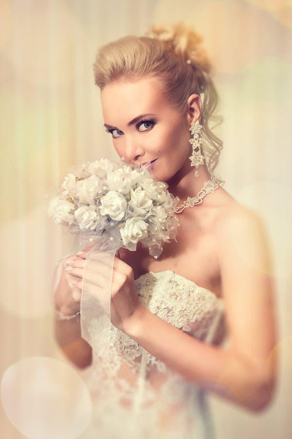 Noiva bonita no vestido de casamento branco elegante do laço imagem de stock royalty free