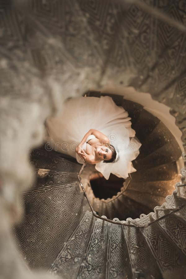 A noiva bonita no vestido magnífico está apenas em escadas imagens de stock royalty free
