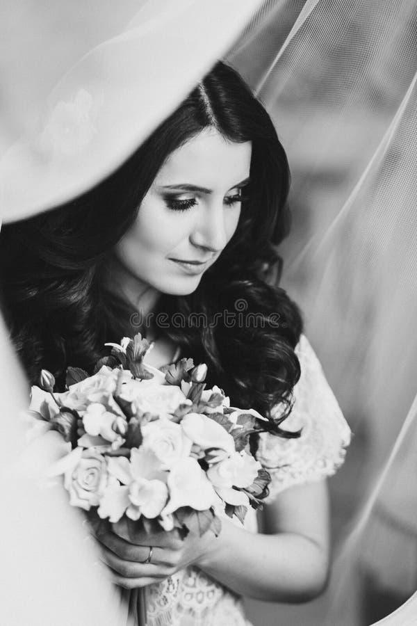 Noiva bonita nova com ramalhete colorido fotos de stock royalty free