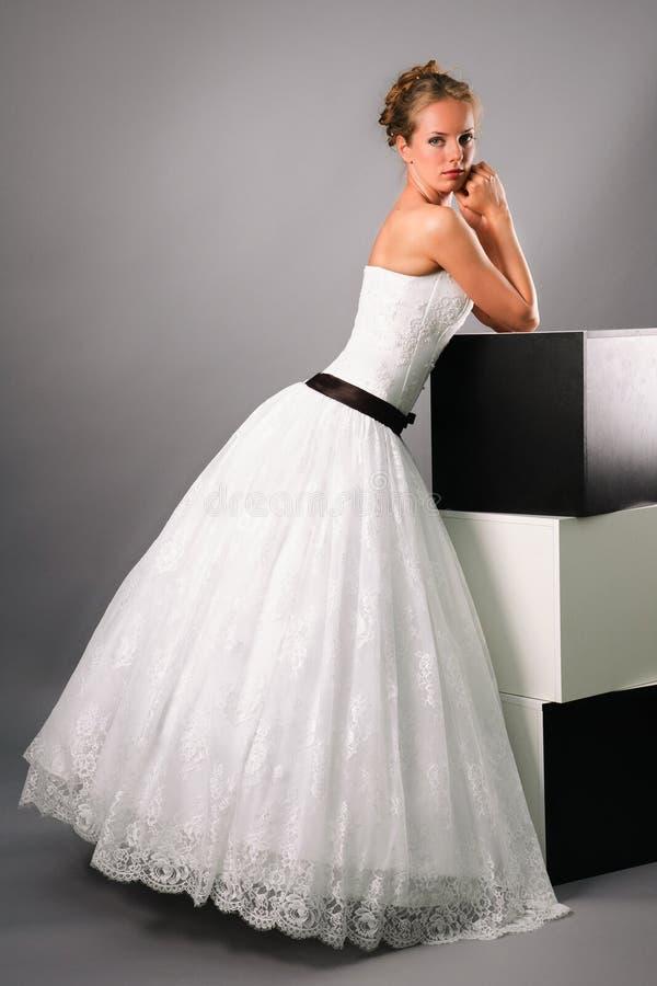 Noiva bonita que desgasta o vestido de casamento branco preto imagem de stock royalty free
