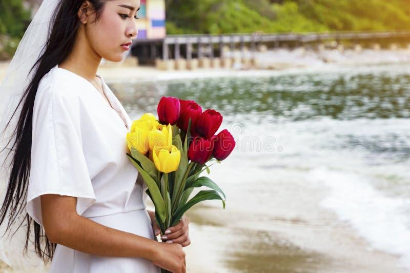 Noiva bonita que guarda um ramalhete redondo das flores foto de stock