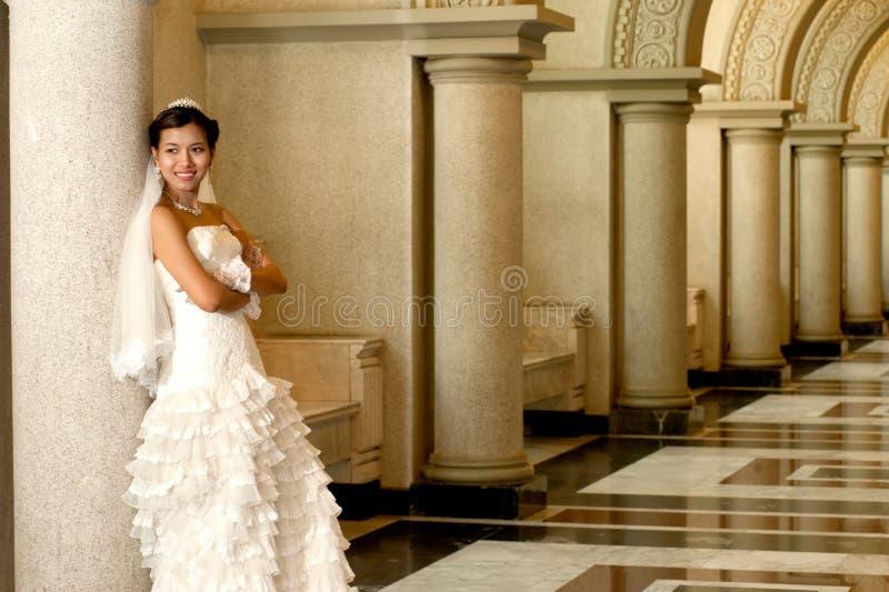 Noiva bonita que levanta na igreja cristã. imagens de stock