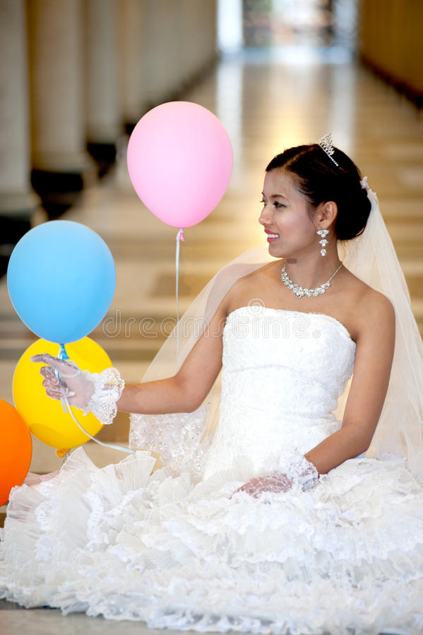 Noiva bonita que levanta na igreja cristã. foto de stock royalty free