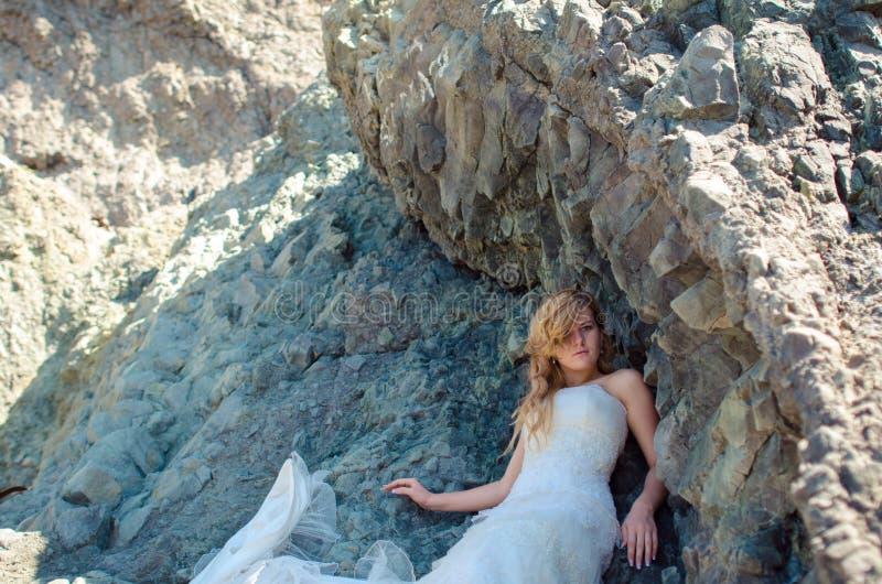 Noiva bonita que levanta no cenário da montanha alta fotos de stock royalty free