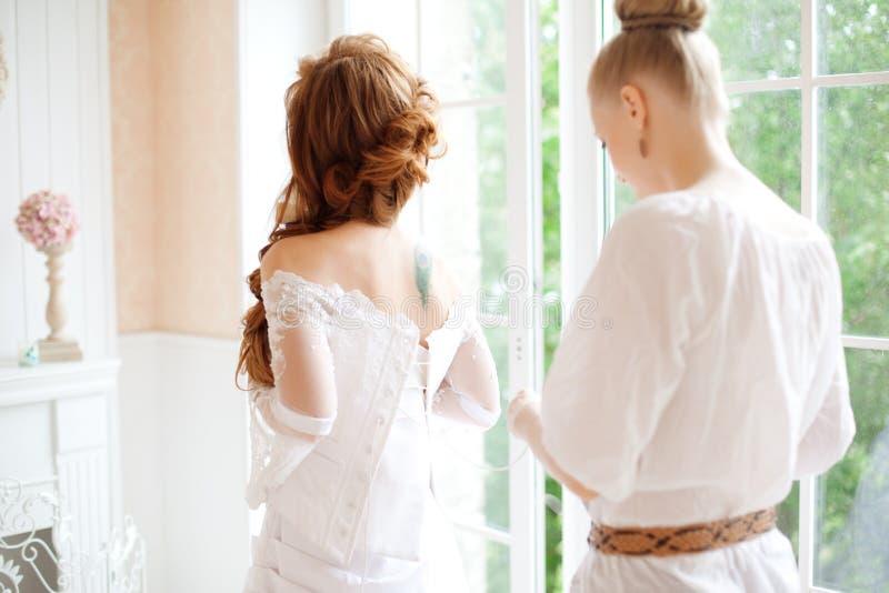 A noiva bonita veste o vestido pelo estilista imagens de stock royalty free