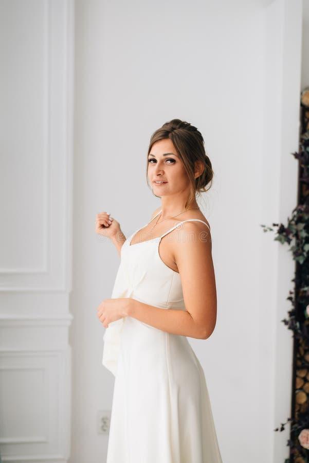 A noiva bonito bonita nova está indo casar-se imagem de stock