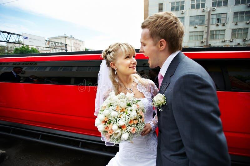 Noiva cómico e noivo do retrato no limo vermelho fotos de stock royalty free