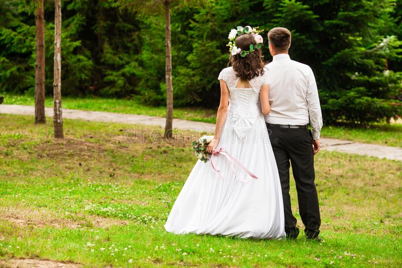 A noiva casa-se fora no parque fotos de stock royalty free