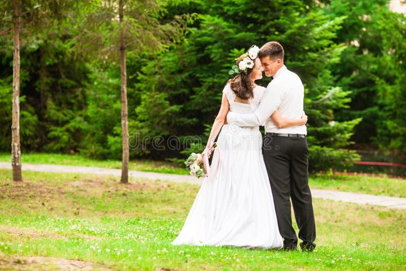 A noiva casa-se fora no parque fotografia de stock royalty free