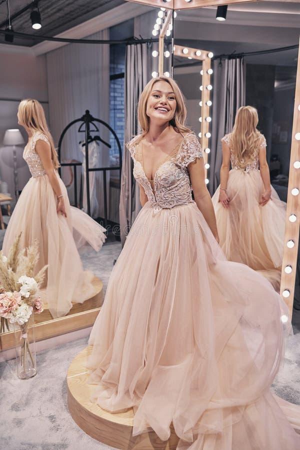 Noiva Charming Comprimento completo da jovem mulher atrativa que veste w fotos de stock royalty free