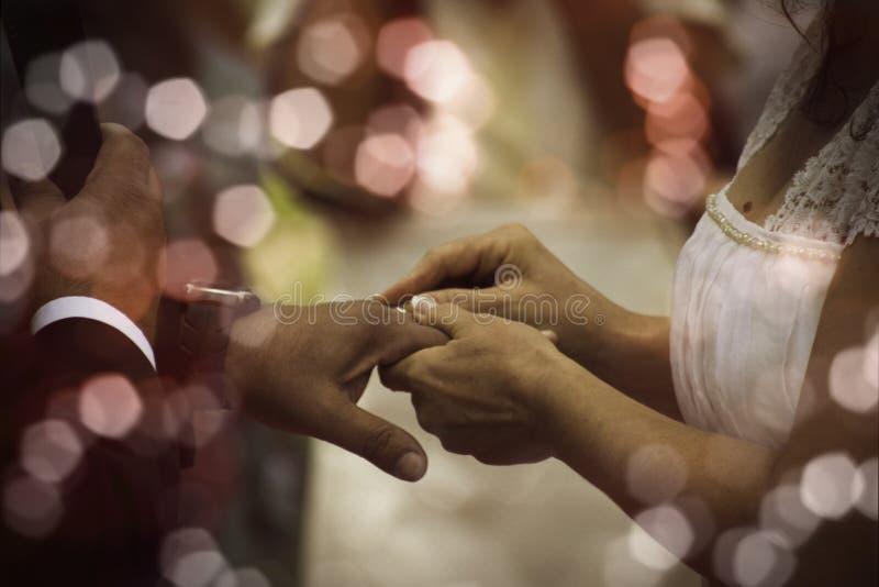 Noiva com anéis Maridos durante o casamento foto de stock royalty free