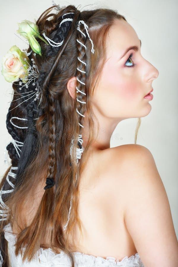 Noiva com cabelo longo e os olhos verdes imagem de stock