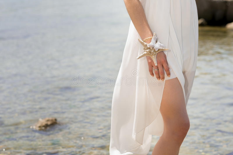 Noiva com coroa do casamento e ramalhete dos seashels fotografia de stock royalty free