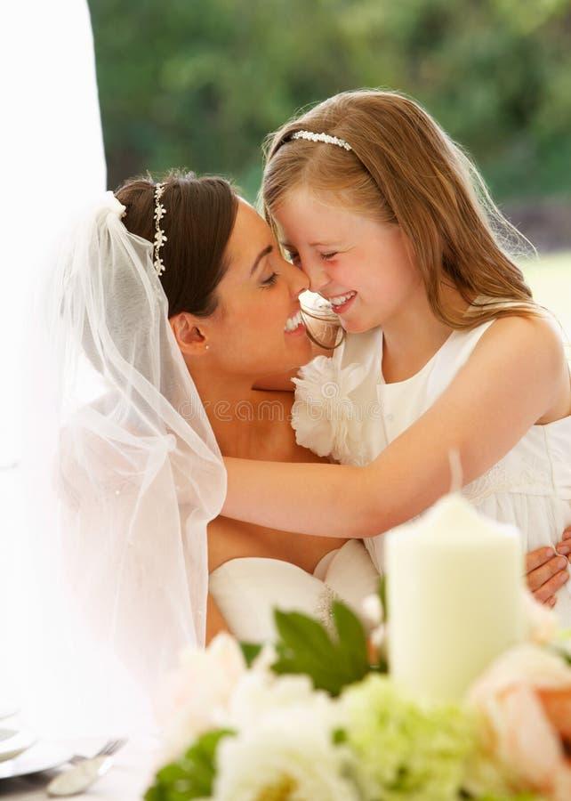 Noiva com a dama de honra no famoso na recepção foto de stock royalty free