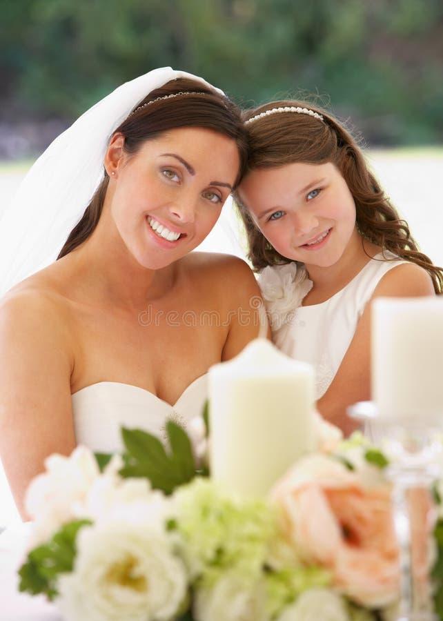 Noiva com a dama de honra no famoso na recepção fotografia de stock royalty free
