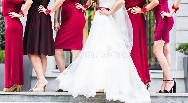 Noiva com damas de honra fora no dia do casamento fotografia de stock
