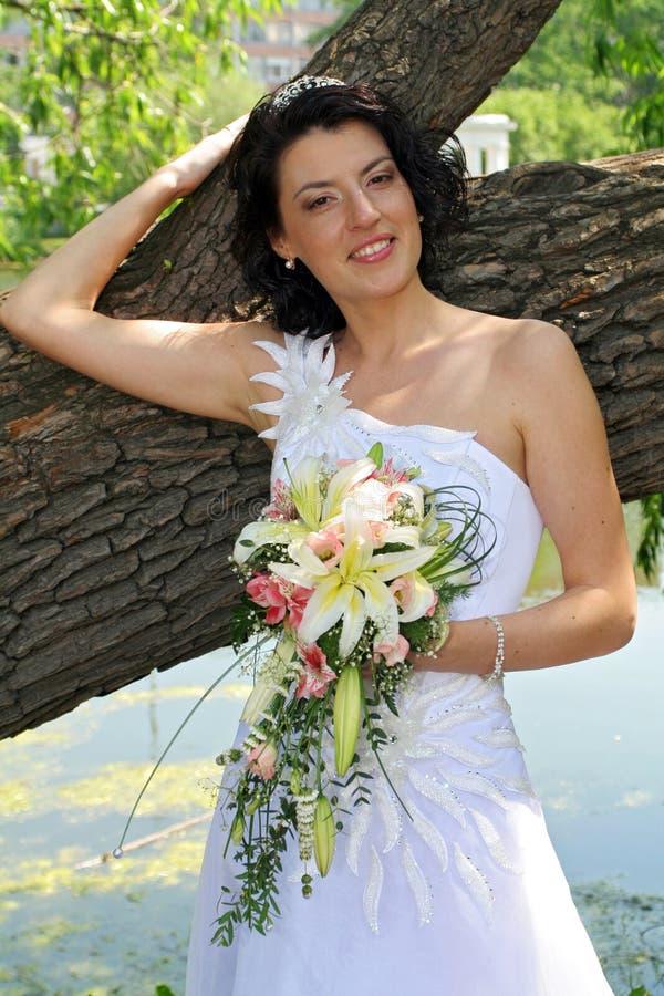 Noiva com flores do lírio fotografia de stock
