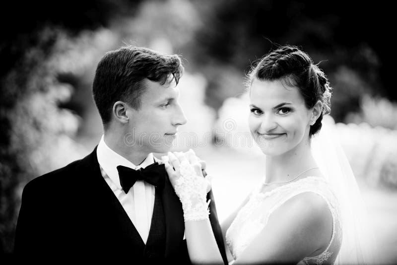 Noiva com mãos no ombro do noivo imagens de stock