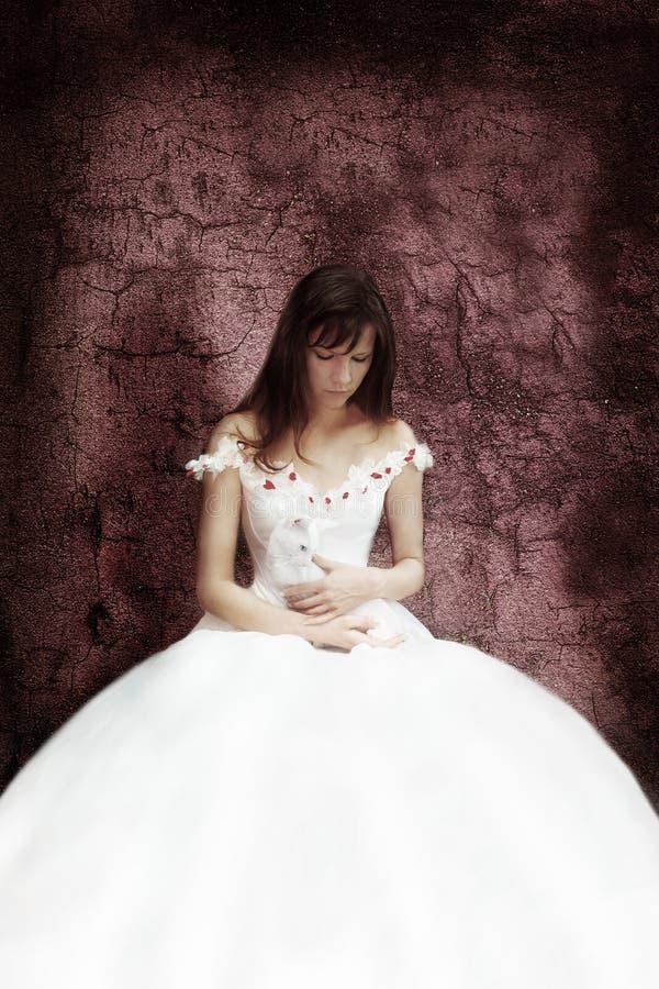A noiva com o gato branco fotografia de stock royalty free