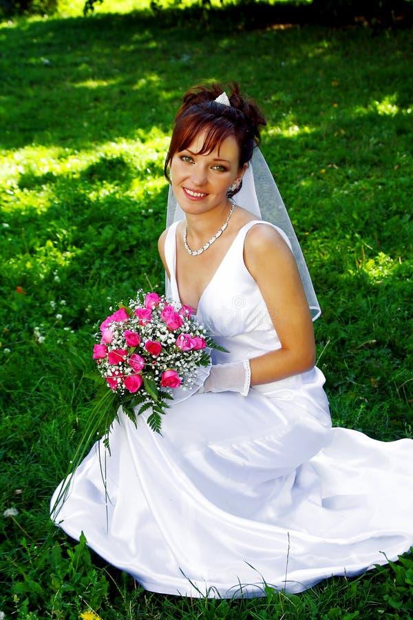Noiva com o grupo de flores imagem de stock