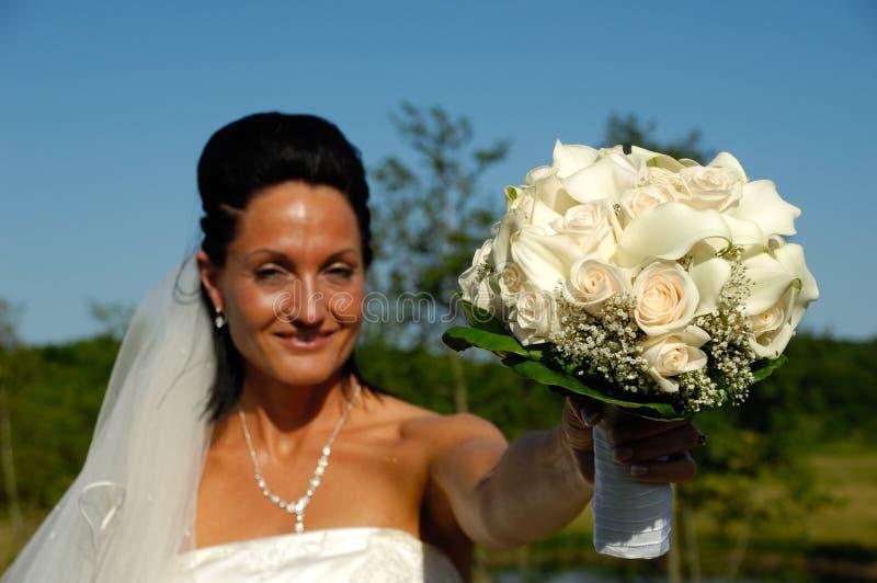 Noiva com ramalhete da flor fotografia de stock royalty free