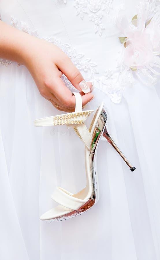 Noiva com sua sapata fotografia de stock royalty free
