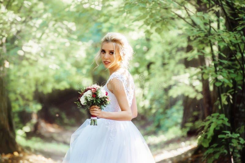 Noiva com um ramalhete em sua mão com uma profundidade de campo rasa fotografia de stock